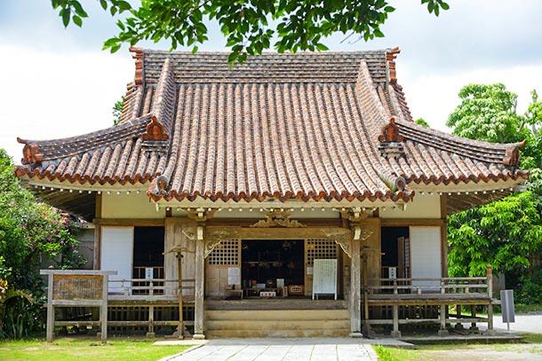 境内には鍾乳洞。戦火を逃れた琉球八社のひとつ、金武観音寺を往く