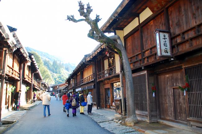 よく「日本はどこに行っても街の風景が同じでつまらない」なんて声を聞きますが、我が国にだって外国人に自慢したくなるような日本らしい素敵な街並みがちゃんと残ります。昔ながらの街並みといえば、世界遺産の指定も受ける白川郷などが有名ですが、意外と穴場で知られていないのが信州は長野県の 宿場町