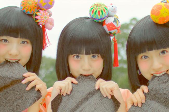 日本では古くから女の子が生まれると、その子が元気に成長することを祝うとともに厄除けを願う、初節句の行事が3月3日に行われますよね。筆者もひな壇を見て、ワクワクした気持ちになったのを覚えています。さて、福岡県 柳川 市ではひな壇と一緒に「さげもん」という、色とりどりの飾りをさげてお祝いするんだそう。 動画 で…