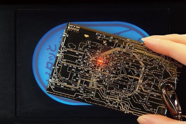 未来感ビンビン。東京の路線図を基板に描いたICカードケース