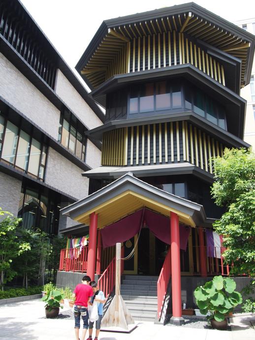 すがも鴨台観音堂は二重螺旋構造の階段が特徴