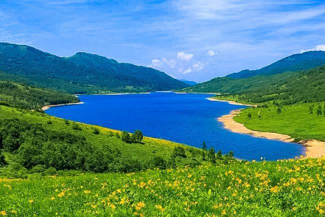 別名「天空の湖」。群馬にある「野反湖」が息を呑むほど美しい