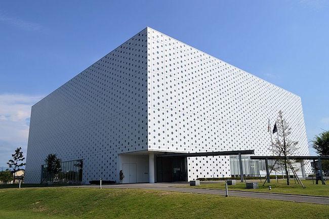 日本国内の図書館数ってどのくらいあるのかご存知でしょうか。日本図書館協会によると、2015年度の統計では、全国各地に公共図書館 3,261館、大学図書館 1,423館の図書館があるんです。数ある図書館の中でも特に注目されているのが、石川県金沢市にある「金沢海みらい図書館」。2011年に開館したばかりの図書館なのですが、英国BBC放送の「世界の素晴らしい公立図書館4館」や米旅行ガイドサービスの「世界の魅力的な図書館ベスト20」に選ばれ、海外のサイトでもよく「美しい図書館」として取り上げられている、世界的にも高い評価を受けている図書館です。こちらのすごい図書館をはじめ、日本各地にあるオシャレでモダンな図書館を5つご紹介します。