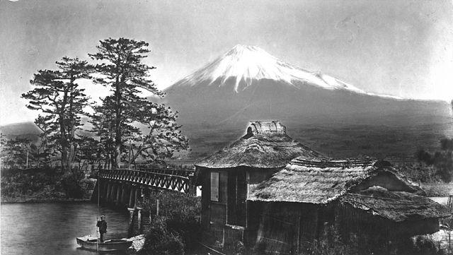 640px-Kusakabe_fujiyama_kawaibashi_1880_300