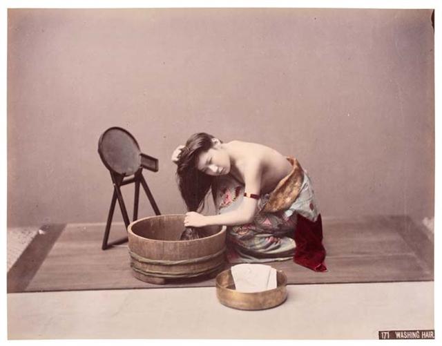 Kusakabe_Kimbei_-_171_Washing_Hair