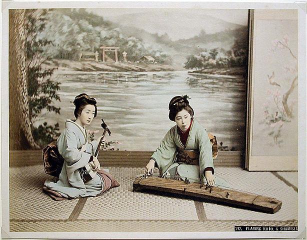 614px-Kusakabe_Kimbei_-_212_Playing_koto_and_shamisen