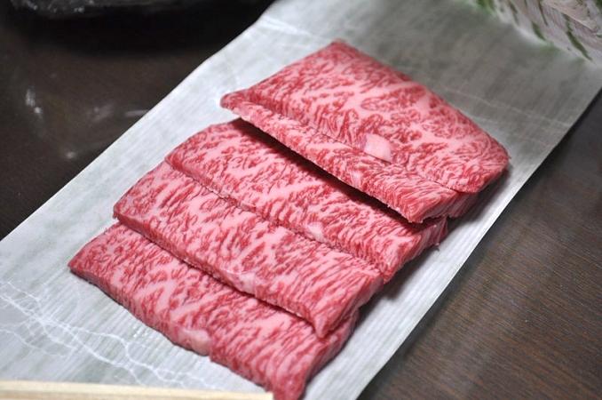 Sliced_Matsusaka_wagyu_beef-678x450