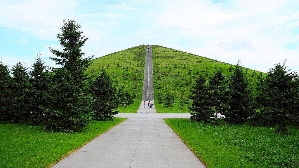 Q2:札幌市東区にある「モエレ沼公園」は、世界的に有名な建築家がデザインしました。その建築家と誰?