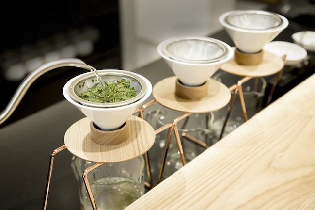 当店は、日本各地から単一農園・単一品種の「シングルオリジン煎茶」を取り揃え、店内のカウンターでバリスタがハンドドリップスタイルで高品質な日本茶を提供する、新しいスタイルの体験型日本茶専門店です。