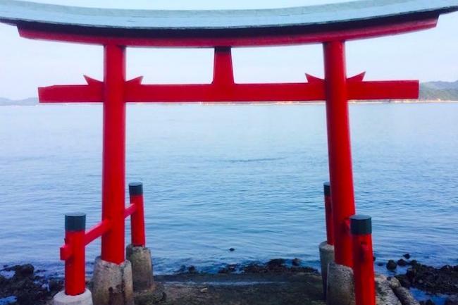 前回、タコの産地の広島県三原市の合格祈願「オクトパス絵馬」を取り上げましたが、今回は、その三原市にある、縁起が良いと呼ばれるスポットをご紹介します。それが瀬戸内海の海中に建つ鳥居なのだそうですが、なぜそこにあるかは謎のままなんだそうです。全国的には知られていませんが、新年にはたくさんの人々で溢れかえっていたとか。