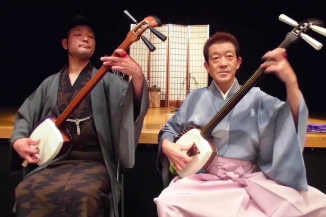 通称「横須賀の虎」こと、ギタリストとして活動する渋谷虎太郎さんを紹介します。「ソロギター屋」として活動する渋谷さんは、ある企画で津軽三味線を習いに青森県へ。ギタリストだから、三味線なんて、簡単にできるのでは?と思うかもしれませんが、プロのギタリストといえども、四苦八苦したとのこと。また、同じ弦楽器でも様々な違いがあるそうです。渋谷さんの体験レポを通じて、奥深い津軽三味線の世界を紹介します。