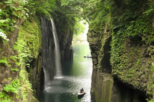高千穂町は、宮崎県内でも神様との関係が深い土地です。宮崎県の北端部にあり、日本神話ではニニギの天孫降臨の地と言われています。天照大神がこもったとされる天岩戸もあります。高千穂町の有名な観光スポットの一部をご紹介します♪