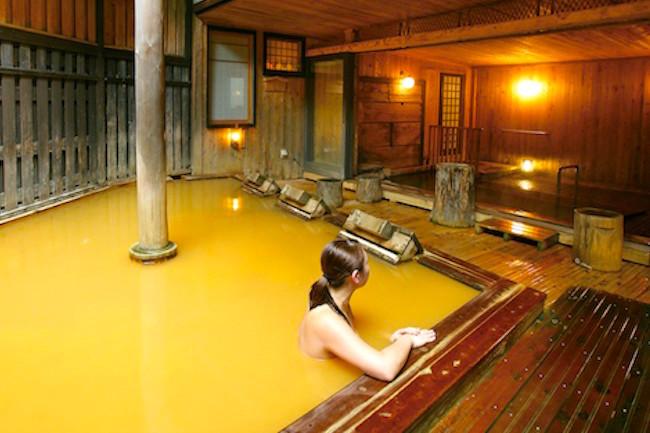 """寒〜い冬を乗り切るためのお楽しみといえば""""温泉""""。もちろん、露天に限ります。自然の中で雪景色を眺めながらの湯浴みなら、もう言うことありません。今回は秋田の「乳頭温泉郷」を紹介します。"""