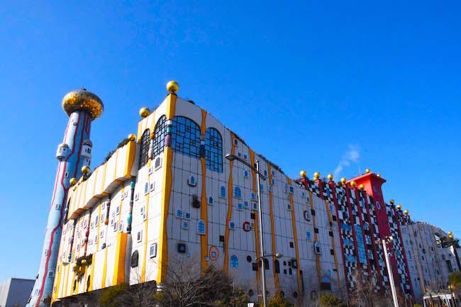 スポーツアイランドとして知られる大阪北港の人口島・舞洲(まいしま)。レジャー施設や物流拠点が連なるこの島に、突如現れる巨大で不気味な建物。それが、大阪市が運営するごみ処理場「舞洲工場」です。大阪らしい(!?)ド派手なデザインが人気となり、国内だけでなく、海外からの観光客も訪れているとか。遅ればせながら私も大阪出身として、初めて工場見学に行ってきました。