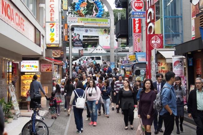 今や国内からのみに留まらず、海外からもたくさんの旅行客で毎日賑わいを見せる「原宿」。東京若者カルチャーを代表する都市といった現代的なイメージがエリアですが、実は古い歴史の爪痕が残る場所でもありました。ライター未知草ニハチローさんの連載シリーズ「東京地名散歩」では、最古に木造駅舎「原宿駅」からスタートし、江戸時代の原宿村、そして地元の人々愛され続ける原宿まで、ディープな歴史に迫ります。いつも何気なく歩いている街の印象が全く変わってきますよ。