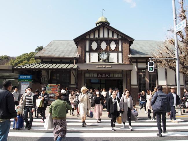 英国風木造駅舎のあたたかなフォルムが原宿駅の特徴
