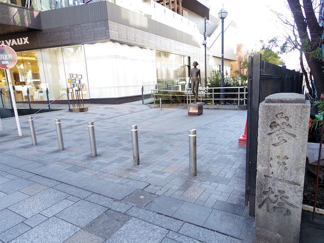 キャットストリート(隠田商店街側)入口にたたずむ参道橋・親柱