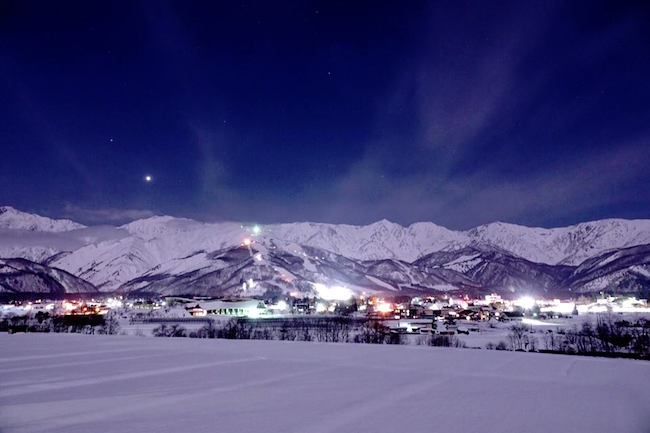 冬になると、上質なパウダースノウが積もる白馬村。スキー愛好家の中では、絶対に外せない冬のレジャースポットです。でも白馬村の魅力は、スキーだけじゃなかった!光と雪が作り出す、幻想的な夜景の美しさにも注目が集まっています。今回はfacebookでも人気を集めている白馬村の夜景をご紹介します。