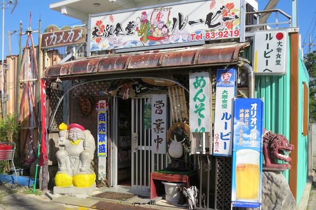 """昔は沖縄といえば夏旅のイメージしかありませんでしたが、旅行会社や飛行機会社のCM効果で、今ではすっかり""""冬のほっこり沖縄旅""""というものが存在します。この""""ほっこり""""は、気候的な暖かさと、表情豊かな沖縄の島人たちがかもしだす人情的な""""ほっこり""""をかけたもの。実際に沖縄の旅では島人と触れ合うことも多く、なかでも沖縄のおばあといえば、その圧倒的なキャラの強さは日本全国を見渡しても右に出るものがありません。"""