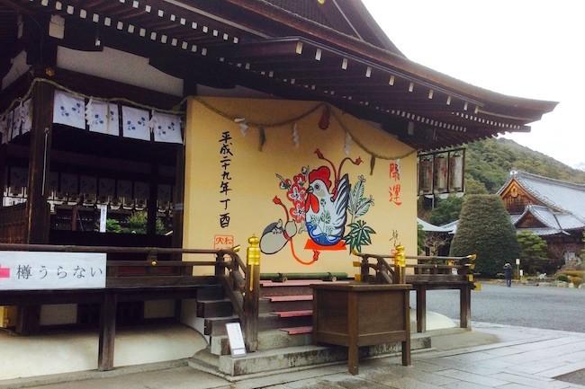 多くの歴史ある神社仏閣で有名な京都ですが、今回は一風変わった占いが話題の松尾大社を紹介します。お酒の神様として、有名な松尾大社ですが、ゲーム感覚で楽しく、占いができると「招福樽占い」が話題なのだそうです!