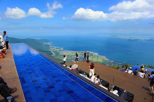 滋賀県にある琵琶湖は、日本で一番大きな面積を持つ湖である事は全国的にも有名ですよね。 この琵琶湖を一望出来ると人気を集めている『びわ湖テラス』をご紹介したいと思います。