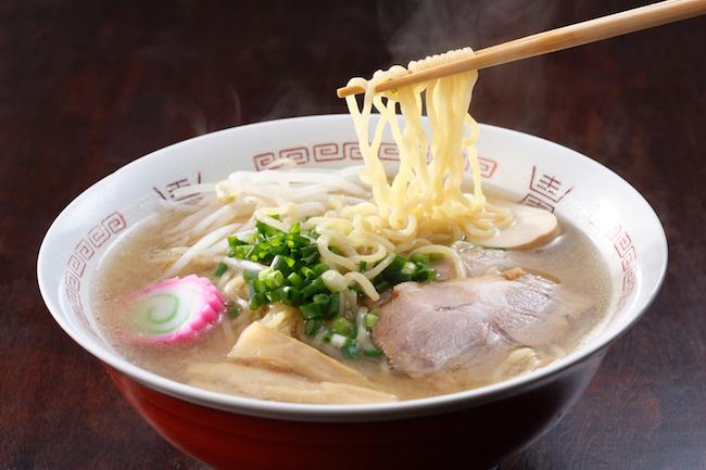 日本の国民食である「ラーメン」。もともとは中国がベースになっていると言われていますが、日本のラーメンは独自の形で進化していきました。今では、中国や台湾などのアジア地域はもちろんのこと、欧米諸国でも日本のラーメンは人気です。では、日本のラーメンはどのように進化していったのでしょうか? 無料メルマガ『安曇野(あづみの)通信』の著者・UNCLE TELLさんが、ラーメンの歴史と変遷についてわかりやすく解説しています。