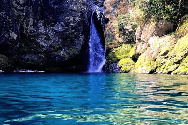 愛媛県から高知県へと流れる仁淀川は、透き通るようなブルーが美しいと有名な場所です!