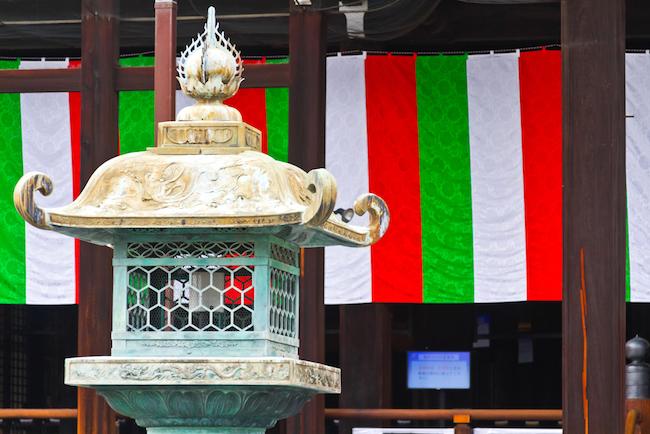 京都の人たちから「お西さん」と親しまれている西本願寺(京都市下京区。正式名称は『龍谷山 本願寺』)。 京都駅から徒歩約10分ぐらいのところにあります。この駅チカ仏教寺院は、堀川通り沿いに総門をどっしりと構え、赤、白、緑の幕がはためく様は圧巻! 今回はこのお寺に見られる「埋め木」を紹介したいと思います。