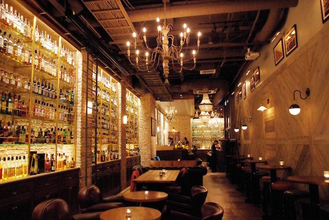 オシャレな街の代表といえば、東京の表参道ですよね。そんな表参道に昨年オープンしたウィスキー専門店、「TOKYO Whisky Library」が特にオシャレと話題なのだとか。その店名通り「大人の図書館」と呼ばれているのだそうです。なぜ、バーなのに図書館なのでしょうか?早速、潜入調査してきました!