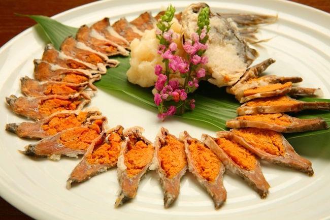 前回、旨すぎて言葉がでない滋賀県の郷土料理「鮒の子つき」を紹介しましたが、鮒料理でもうひとつ忘れてはいけないのが、「鮒鮓(ふなずし)」です。紀行作家・郷土料理写真家の飯塚玲児さんによると、人によっては好きか嫌いかに別れますが、鮒鮓好きにとっては、やみつきになる「琵琶湖の魔味」だそうです。一体どんな代物なのでしょうか?