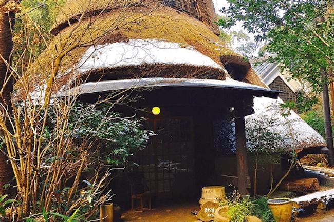 日常生活に疲れて、ちょっと一息入れたいなというとき、都会ではない自然に囲まれたカフェを訪ねてみませんか。竹や木々に囲まれた場所にあるカフェ『まだま村』は、自然に癒されたい人にはピッタリなお店です。
