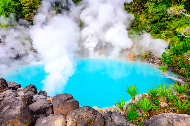 先日、大分県別府市にある混浴・泥浴が有名な「別府温泉保養ランド」をご紹介しましたが、今回は、別府八湯のひとつである「鉄輪温泉」をご紹介します。地獄巡りに、共同蒸し場。他の温泉地にないような独特のレトロ感漂う温泉体験が味わえます!