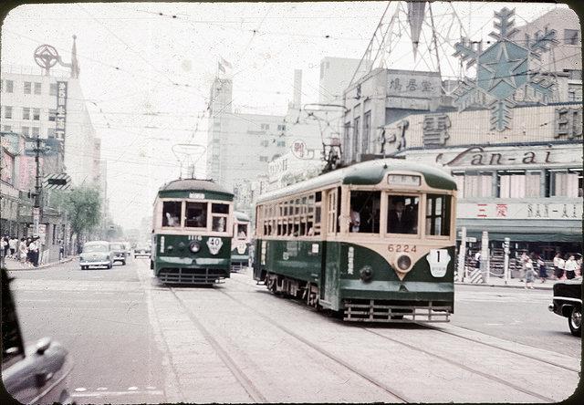 日本国内のみならず、世界各国から多くの観光客で賑わう街、銀座。銀座の中央通りなどを歩けば、百貨店や高級ブランドの店が立ち並び、その街のエネルギーに圧倒されてしまいます。今ではそんなイメージが強い銀座ですが、かつて路面電車の都電・銀座線が走っていた歴史もあります。今回、この都電・銀座線を足跡を辿ってみました。昔の写真と今の写真を比較しながら、銀座という街を見てみましょう!