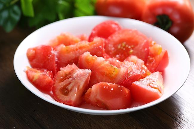 暑くなってきました。暑い夏に食べたいものといえば、そう冷やしトマト。ところで、みなさんは、トマトに何をかけて食べますか? 塩ですか? それとも砂糖? どっちも!という方、あるいは、どっちだっていいよ、という方もいるかもしれませんね。無料メルマガ『郷愁の食物誌』では、毎年何かと話題になる、「トマトにかけるのは塩か、砂糖か」問題について解説しています。地域によって違うようです。
