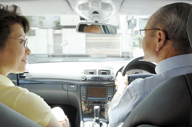 シニア世代による交通事故の増加が大きな問題となっており、政府や自治体では運転免許の返納をシニア世代に勧める方針に力をいれています。しかし、地方の高齢者にとって車は正に「足」であり、それを奪うことは「引きこもり老人」を増やす原因になりうるという指摘もあります。そこで、今注目されているのがシニア世代に向けの「配車アプリ」サービスです。高齢者はもちろん、地方の若者のビジネスチャンスにもなりうる、その理由とは??