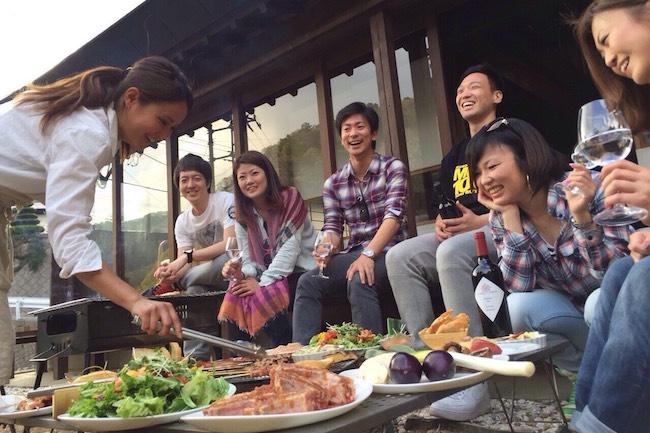 外国人旅行客が選ぶ日本での観光先に、ある変化が起きています。均一化していく世界において海外からの観光客の多くは、どこも同じ様なショップが軒を並べる大都市よりも日本ならではの原風景を求めて田舎に滞在するケースが増加してきているんです。日本の生活文化を継承する古民家一棟貸し宿山梨県笛吹市芦川町にある古民家一棟貸し宿