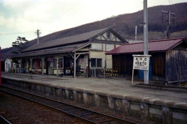 廃線駅舎がなぜ人気の絵画館に? 街を元気にした70代の「ひらめき」