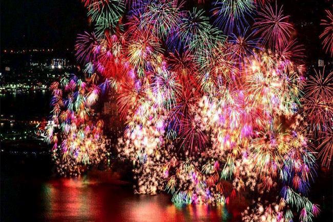 長岡花火は最後に「泣ける」。五感で花火を感じる大迫力の画像10枚