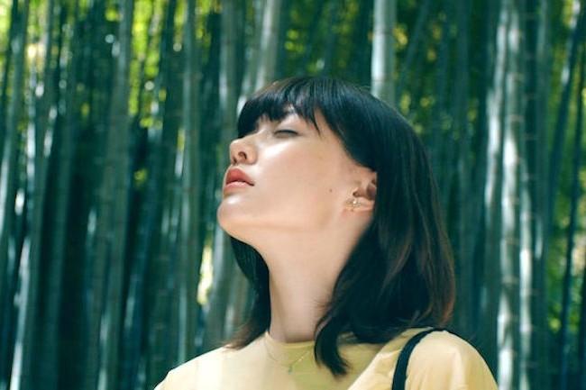 美人モデルがひとり旅。江ノ電でゆく「江ノ島・鎌倉」動画が話題