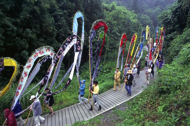 夏といえば、お祭りの季節ですね。全国的に知名度の高いものもあれば、地元の人しか知らないようなローカルな祭りなど、実に様々です。無料メルマガの『安曇野(あづみの)通信』では、毎年7月に長野県で開催される「岳の幟」と呼ばれる雨乞いのお祭りを紹介しています。なんともカラフルなお祭りです。