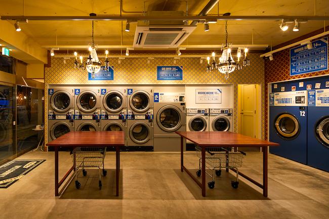 コインランドリーと聞くと、少し前までは、ちょっとひなびた感のある、暗めの雰囲気が漂う場所と印象でした。見知らぬ人たちと洗濯機を共有するというのは「衛生的にちょっと…」という人や、「時間がかかる!」といったマイナスなイメージを持つ人もいるかと思います。しかし、そんなコインランドリーのイメージはもう古い!近年、都内を中心に、オシャレでスタイリッシュなコインランドリーが次々とオープンしています。