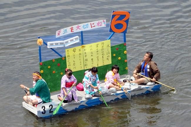 今年の夏は、例年以上に毎日暑い日が続きますね。この猛暑も手伝って、東京都狛江市で開催された「多摩川いかだレース」には、今年は92チームも参加したそうです。老若男女を問わず、地域住民が思い思いのアイデアを凝らした「いかだ」を自作して参加するこの大会は、今年で27回目を迎えるほどの大盛況ぶり。果たして、この人気の秘訣はどこにあるのでしょうか?