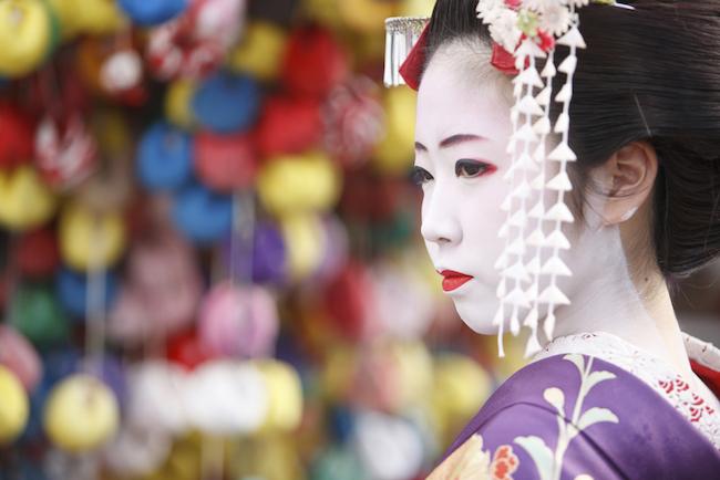 京都と聞いて思い浮かぶのは、舞妓さんや芸鼓さん。今でも京都には5つの花街がありますが、かつてはもう1ヶ所「島原」と呼ばれる花街が存在していました。今回の無料メルマガ『おもしろい京都案内』では著者で京都通の英学(はなぶさ がく)さんが、その島原について詳しく解説するとともに、「おもてなしの心」を学ぶ観光名所も紹介しています。