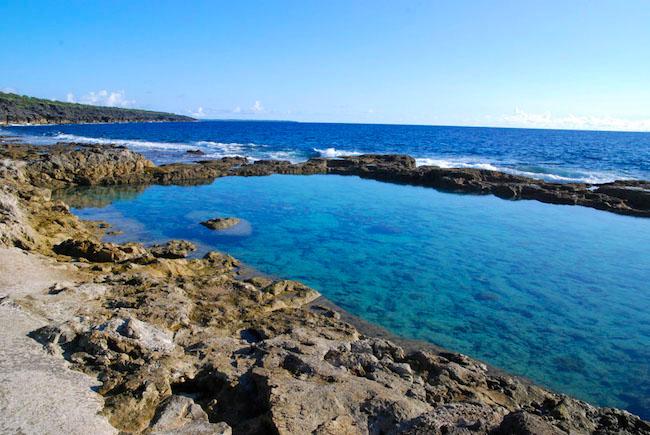 台風のニュースなどで、よく耳にする「大東島」という地名。聞いたことはあっても、実際どこにあるのか、どんな島なのかはよく知らないという方も多いのでは?今回は、実は沖縄県に属しながらも、沖縄と微妙に違う、オリジナリティあふれる大東島の知られざる魅力を紹介します。