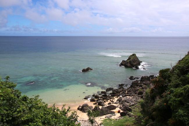 奥の集落の先に広がるやんばるのビーチ