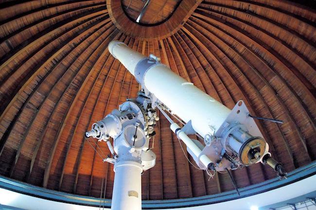 大口径の巨大な望遠鏡は迫力があります。天井の様子は、船底の作りという事が判る木造ですね