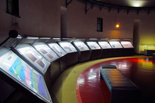天文台歴史館の資料展示スペースです。雰囲気がありますね