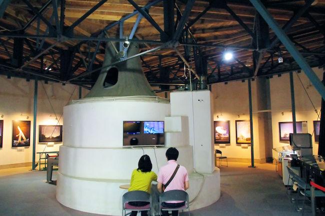 天文台歴史館の一階スペース。中央の白い台が、天文台の基台になっています