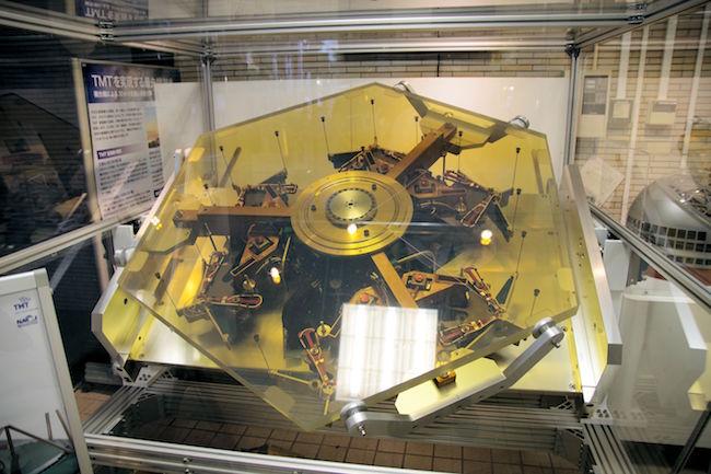 TMTの主鏡を構成するパネル。対角間の長さは、1.44mあるそうです