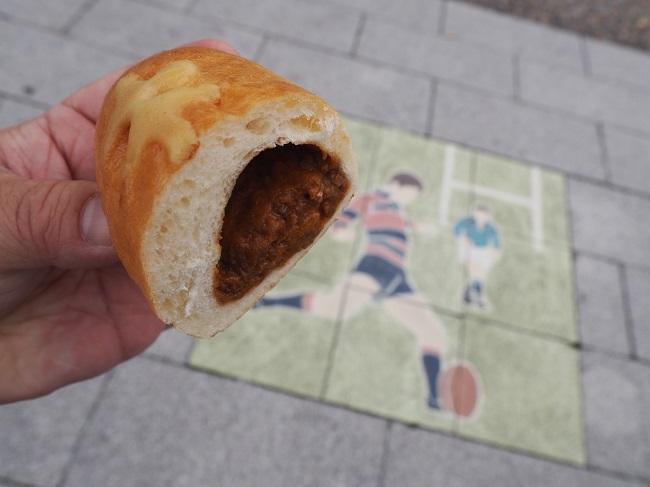▲「トライくんカレー」のなかは東大阪カレーパン会オリジナルフィリング「カレンちゃんのこころ」